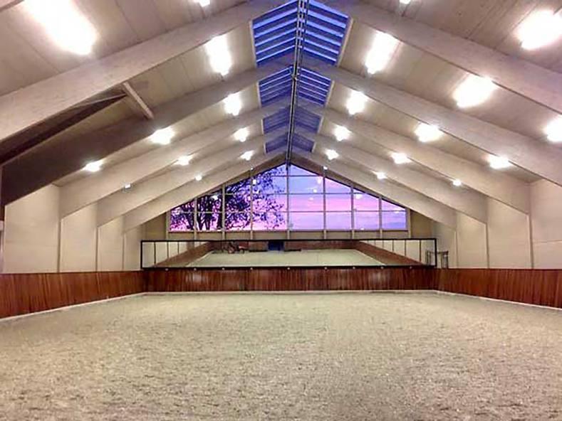 Die Reithalle hat große Fensterflächen und eine sehr gute Beleuchtung.